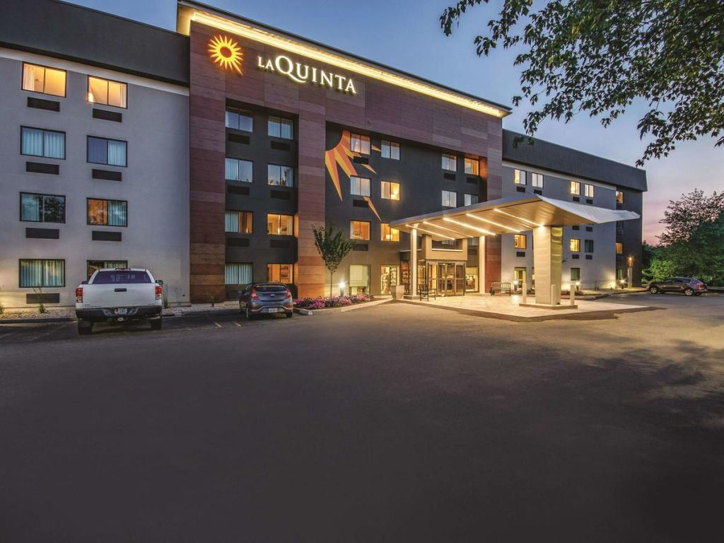 La Quinta Inn & Suites by Wyndham Hartford Bradley Airport