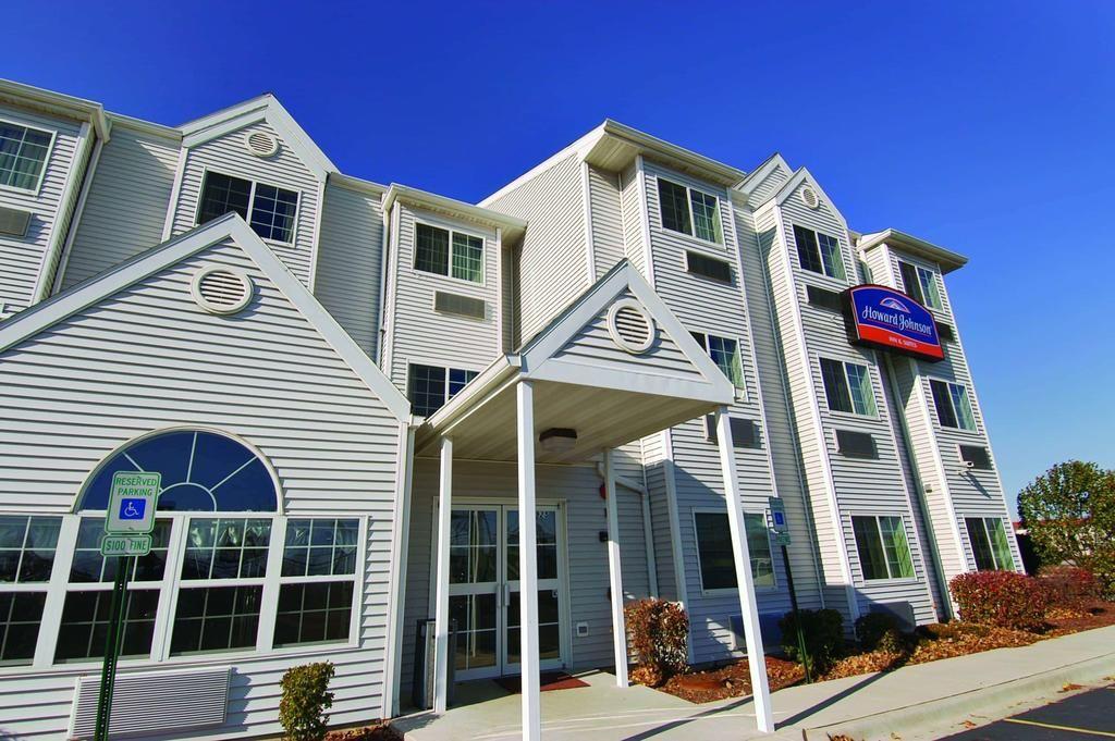 Howard Johnson Hotel & Suites by Wyndham Elk Grove Village